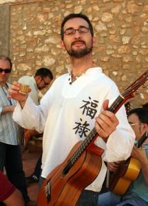 Ahí está, Agustín Garcia, voz y guitarra.
